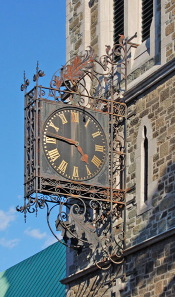 L'horloge en fer forgé de l'ancienne église St. Matthew. Photo Martin Dubois